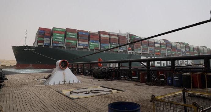 Suezem propluje zbytek lodí, které blokoval kolos. A vyšetřování nehody finišuje