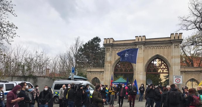 Demonstrace před ruským velvyslanectvím: Lidé vykřikují protiruská hesla, na místě zasahuje policie