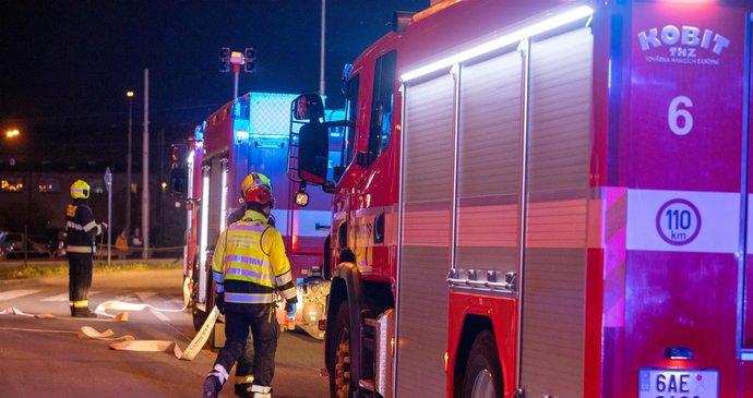 Ničivý požár v Čestlicích u Prahy: Mc Donald's spálily plameny, škoda je 10 milionů