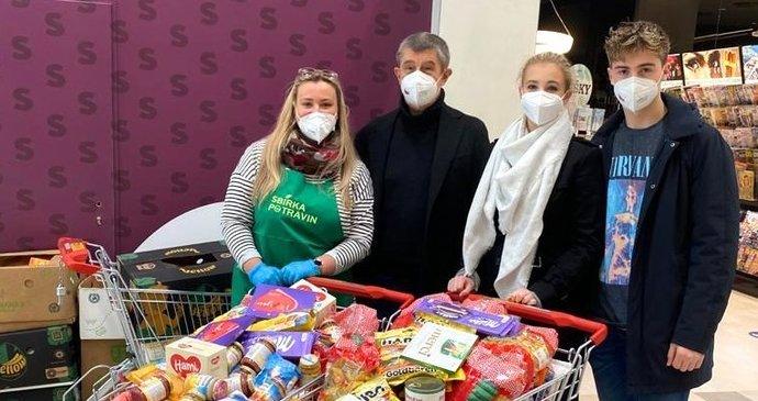 El primer ministro Andrej Babiš (YES) con niños comprando durante la recolección de alimentos (24 de abril de 2021)