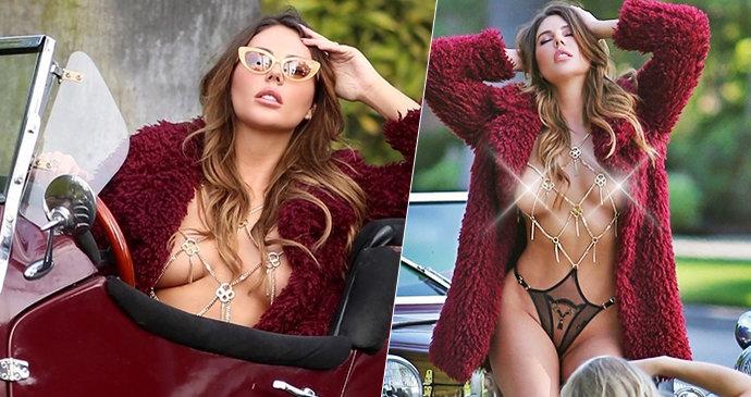 Obnažování přímo v ulicích Beverly Hills! Sexy modelka výstavní prsa »vyvezla« v historickém voze