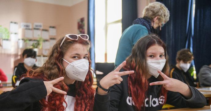 Koronavirus ONLINE: Tlak na sundání roušek ve školách sílí. A na kulturu až 2000 lidí?
