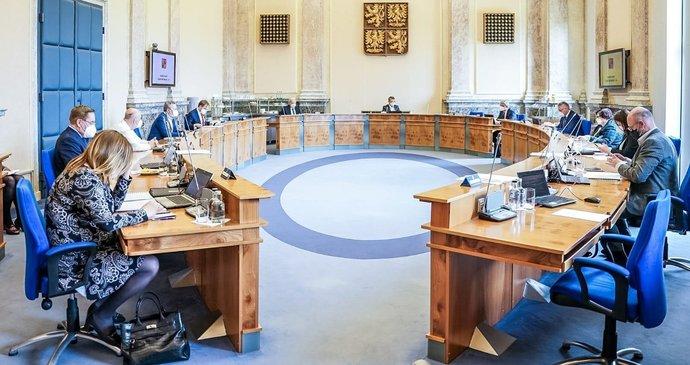 Vláda řeší pravidla pro dětské kroužky, testy ve firmách i pozemky pro Pražský okruh