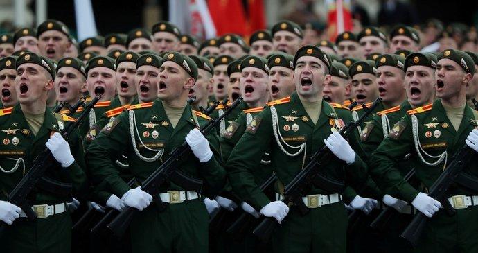 ŽIVĚ: Putin na oslavách konce války zdůraznil ruské zájmy. Přehlídka v Moskvě byla bez roušek