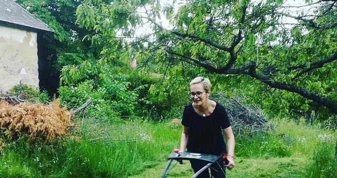 To je tělocvik! Monika Absolonová po rozchodu s hokejistou Hornou 11 kilo dole a řádí se sekačkou