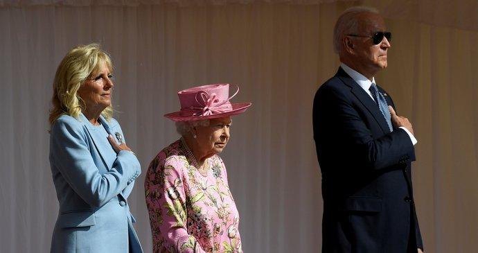 Alžběta II. pozvala po summitu G7 Bidenovi na čaj. Oblékla růžové šaty, Jill blankytný kostým
