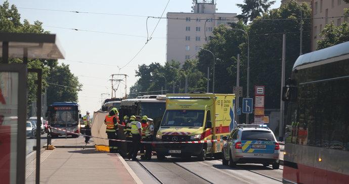 Vážná nehoda na Petřinách: Autobus srazil chodkyni, svědci ženu na ulici oživovali do příjezdu záchranářů