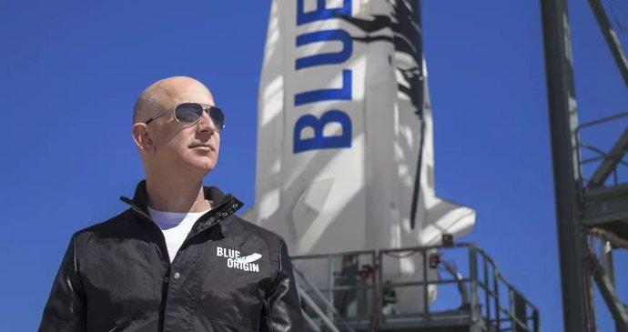Miliardář Bezos už sedí ve své kosmické lodi. Sledujte od 15 hodin přímý přenos startu