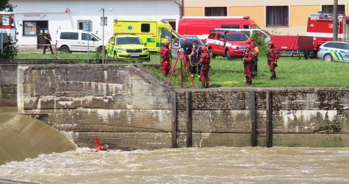 A boat full of children overturned into a river in the Benešov region.