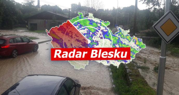 Velmi silné bouřky udeřily na Česko. Už zatopily sklepy, hrozí povodně. Sledujte radar Blesku