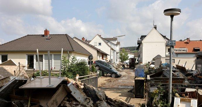 Němci mají po katastrofických záplavách strach z covidu. Nasadí očkovací autobus