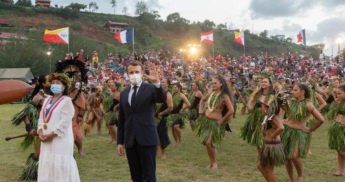 Emmanuel Macron vyrazil na státní návštěvu do Francouzksé Polynésie, přivíali ho věnci i tanečnicemi