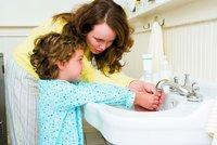 Koupete děti každý den? Možná jim škodíte. Stačí sprcha 1x týdně, tvrdí vědci