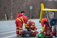 U Chomutova bouralo auto se třemi dětmi: Holčičku museli oživovat