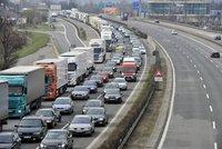 Na dálnici D1 před Prahou došlo k hromadné nehodě. Vážně se zranil motorkář