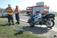 Přecházel vozovku a přehlédl motorku. Čelní střet odnesl muž (82) převozem do nemocnice