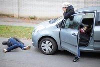Děsivá nehoda na Vinohradech: Auto smetlo chodce, skončil v nemocnici. Policie hledá svědky