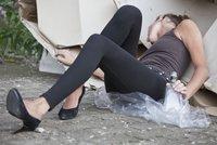 Dejte mi důkaz, že mi nechcete zabít děti, řvala zfetovaná matka na strážníky v Ostravě