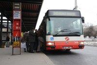 Konec drobných v autobusech? V Praze zaplatíte lístek platební kartou