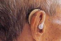 Varování nedoslýchavým seniorům: Nekvalitní naslouchátka mohou trvale poškodit sluch
