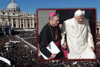 Nemocný papež se naposledy loučil se statisíci věřících, museli ho podpírat!