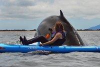 Neskutečné foto! Velryba se vynořila z oceánu jen pár centimetrů od kajakářů