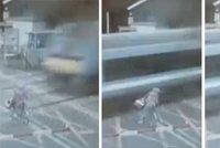 Vteřina smrti: Dívka na kole vjela přímo pod vlak