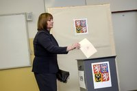 K volbám v autě i speciální komise: Novinky pro hlasování v karanténě potvrdil i Senát