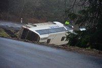 Nehoda autobusu plného dětí: Řidič dostal smyk na náledí!