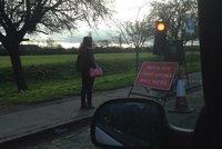 Internetový hit: Chodkyně zastavila na semaforu, jenž byl určen silničnímu provozu