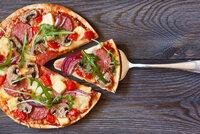 Domácí pizza jako z restaurace: Naučte se křupavé těsto a obložte ho podle chuti