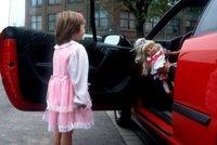 Úchyl v červeném autě na Letné obtěžoval školačku?! Lákal ji prý do vozu, případ řeší policie
