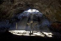 Proč muži zalézají do jeskyně a ženy chodí na kávu?