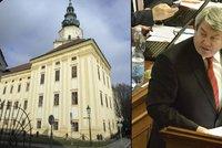 Komunisté proti všem: O církevních restitucích chtěli nechat rozhodnout lid a narazili