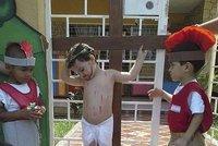 Ve školce zorganizovali ukřižování chlapečka! Foto, které pobouřilo internet