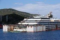 Costa Concordia míří do šrotu: Technici zahájili vyzvedávání vraku