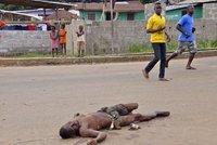 Oběti eboly tlejí v ulicích: Nepohřbívají je, protože se bojí nakažení