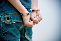 Vykrádal sklady hobby marketů: Policisté na něj číhali v křoví a chytili ho, když šel močit
