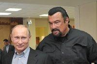 Těžko ho zabít: Akční herec Seagal hrál na Krymu separatistům