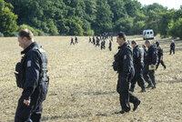 Zóna smrti v Praze: Stovky policistů právě pročesávají Klánovický les