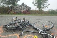 Cyklista (†49) bez přilby spadl při jízdě z kopce v Bezděkově: Zraněním podlehl!