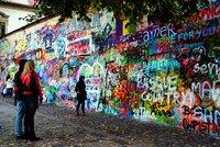 Lennonova zeď zmizí pod lešením: Sprosťárny nechá majitel přemalovat, vyřádí se na ní profíci