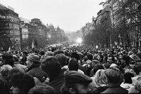 """""""Zaprděná politika"""" a hádky: Poslanci přejmenovali 17. listopad"""