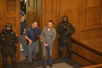 Švábův gang zabijáků: Soudní síň střeží po zuby ozbrojení zakuklenci