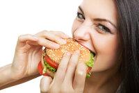 Proč přibíráte? Fast food ničí hodné střevní bakterie