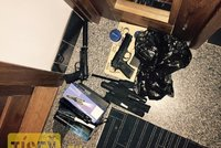Opít se a střílet? Švédští studenti si v Praze pořídili pistole a obušky
