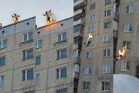 Rus se zapálil a skočil ze střechy 9patrového paneláku!