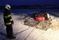 Idiot si chtěl zkrátit cestu přes zamrzlé Lipno: Propadl se pod ním led a auto kleslo na dno!
