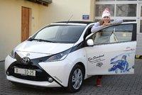 Konec aukce auta Evy Samkové: Do hodiny známe vítěze!