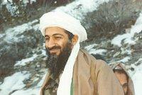 Unikátní fotografie nejznámějšího teroristy: Vysmátý Usáma bin Ládin u hliněného úkrytu